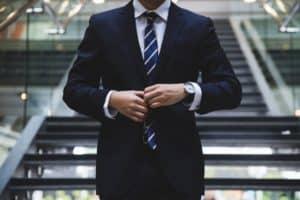 רואה חשבון ועורך דין עם עניבה - תמונה להמחשה